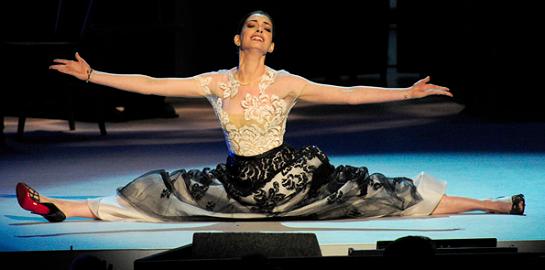 Anne Hathaway in Oscar de la Renta | 34th Kennedy Center Honors Gala Dinner